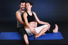 Yoga practicante embarazada hermosa de la mujer joven Foto de archivo