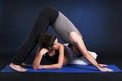 Yoga practicante embarazada hermosa de la mujer joven Imagenes de archivo