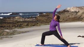 Yoga practicante en la playa metrajes
