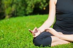 Yoga practicante en una hierba Foto de archivo