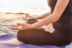 Yoga practicante femenina caucásica joven en la playa fotos de archivo