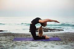 Yoga practicante femenina caucásica joven en la playa fotografía de archivo libre de regalías