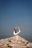 Yoga practicante hermosa de la mujer joven en la playa Foto de archivo