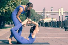 Yoga practicante magn?fica de la mujer joven al aire libre La calma y se relaja, fondo borroso concepto femenino de la felicidad imagen de archivo libre de regalías