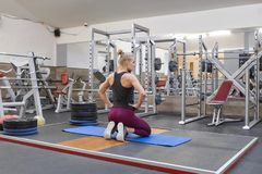 Yoga practicante que estira que hace rubia femenina hermosa adulta en gimnasio imagenes de archivo