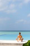 Yoga practicante relajada feliz de la mujer joven al aire libre en la playa blanca Fotografía de archivo libre de regalías