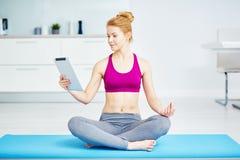Yoga practicante sana de la mujer joven en casa imagen de archivo libre de regalías