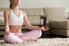 Yoga practicante tranquila de la mujer joven, disfrutando de meditar solamente en h Fotografía de archivo libre de regalías