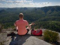 Yoga practicante y meditación del hombre de mediana edad en montañas fotos de archivo