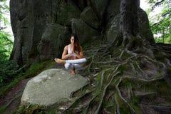 Yoga practiving della giovane donna all'aperto Immagine Stock Libera da Diritti
