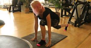 Yoga que estira posiciones almacen de video