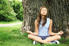 Yoga que hace adolescente Foto de archivo