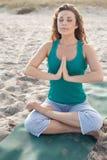 Yoga que hace bastante femenina en la playa fotografía de archivo