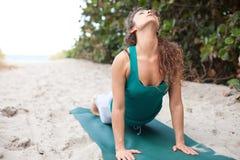 Yoga que hace bastante femenina en la playa fotos de archivo
