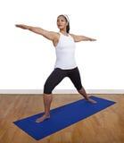 Yoga que hace femenina aislada en gimnasio Fotos de archivo libres de regalías