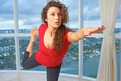 Yoga que hace femenina del caucasion hermoso imágenes de archivo libres de regalías