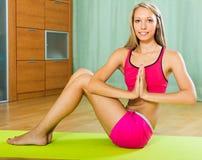Yoga que hace femenina en casa Fotos de archivo libres de regalías