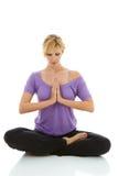 Yoga que hace femenina rubia hermosa aislada en blanco fotos de archivo