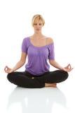 Yoga que hace femenina rubia hermosa aislada en blanco fotografía de archivo libre de regalías