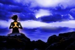 Yoga que se sienta de la persona Imagen de archivo