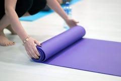 Yoga som är matt i grupp Matt yoga Royaltyfria Bilder