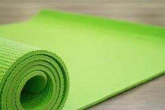 Yoga som är matt på trägolv Arkivfoto
