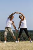 Yoga som öva i natur Royaltyfria Bilder