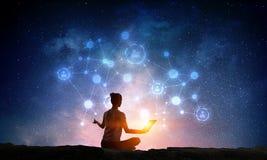 Yoga som fysisk och andlig terapi Blandat massmedia Arkivbilder