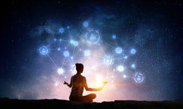Yoga som fysisk och andlig terapi Blandat massmedia Arkivfoto