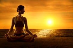 Yoga som mediterar Lotus Position som övar kvinnameditation, poserar Royaltyfri Bild
