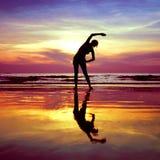 Yoga som sträcker övningar arkivbilder