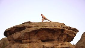 Yoga am Sonnenuntergang stock video