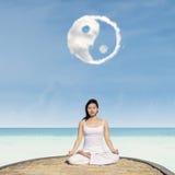 Yoga sotto la nuvola di Yin Yang fotografie stock