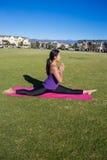 Yoga - splittringar, medan meditera Arkivfoto