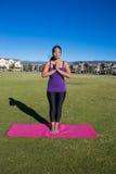 Yoga - stående meditation Fotografering för Bildbyråer