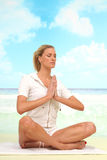 Yoga am Strand Lizenzfreies Stockfoto