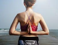 Yoga-Strand-Sommer-Geisteseignungs-Friedenshaltungs-Konzept stockbild