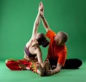 yoga Studier i tandemcykel med den erfarna instruktören Royaltyfri Fotografi