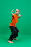 yoga Studiofoto die van de mens op middelbare leeftijd asana doen Royalty-vrije Stock Foto's