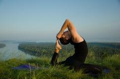 Yoga: Styrka, harmoni och lugn Arkivfoto