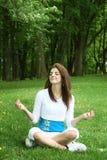 Yoga su erba Fotografia Stock Libera da Diritti