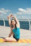 Yoga su fondo del mare Arricciatura di posa immagini stock libere da diritti