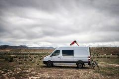 Yoga su un furgone di avventura Fotografie Stock Libere da Diritti