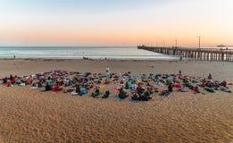 Yoga su una spiaggia durante il tramonto fotografia stock libera da diritti