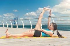 Yoga sui precedenti del mare Immagine Stock