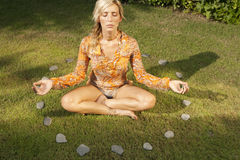 Yoga sul cerchio di pietra Fotografia Stock Libera da Diritti