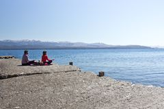 Yoga sul lato del lago Escursione dell'avventura in San Carlos de Bariloc Immagini Stock Libere da Diritti