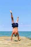 Yoga sul mare immagine stock