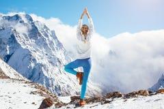 Yoga sulla montagna nell'inverno Fotografia Stock Libera da Diritti