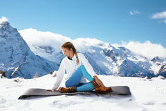 Yoga sulla montagna nell'inverno Immagini Stock
